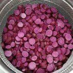 今年もお芋の収穫が始まり、「紫芋の甘納糖」の製造がスタートしました。